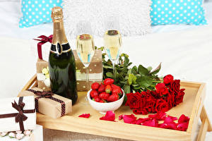 Картинка Праздники Игристое вино Клубника Роза Бутылки Подарков Бокалы Красный Лепестков Еда Цветы