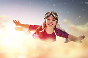 Картинки Девочки Полет Очки Руки Улыбка Ребёнок
