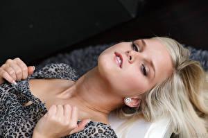 Фотографии Marry Queen Пальцы Блондинка Лицо Взгляд Девушки