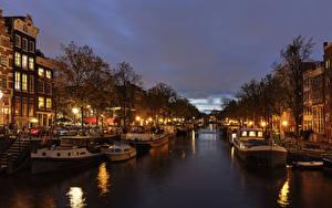 Фотография Нидерланды Амстердам Дома Вечер Пристань Речные суда Водный канал Уличные фонари Города
