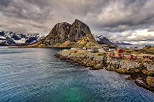 Обои Норвегия Лофотенские острова Горы Речка Здания Берег Природа