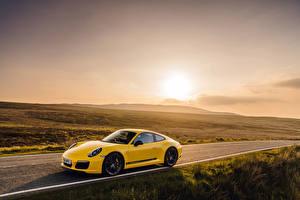 Фотография Porsche Желтый 2018 911 Carrera T Coupe
