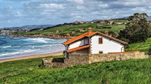 Картинка Испания Дома Берег Трава Oyambre Cantabria