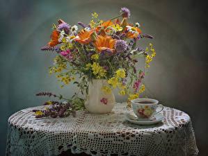 Фотография Натюрморт Букеты Лилии Васильки Ромашка Душистый горошек Напитки Вазе Чашка Стола цветок