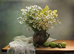 Фото Натюрморт Ромашки Львиный зев Яблоки Стол Вазы Цветы