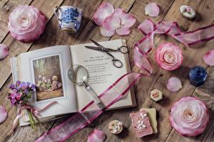 Картинки Натюрморт Розы Букеты Доски Розовый Лепестки Книга Лента Чашка Цветы