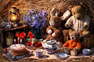 Фото Натюрморт Мишки Клубника Кролики Игрушки Керосиновая лампа Торты Свечи Чайник Маки Пища