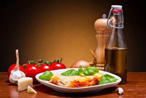 Обои Вторые блюда Сыры Помидоры Чеснок Тарелка Бутылка lasagna Еда