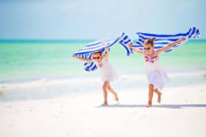 Картинка Полотенце Пляж Двое Девочки Бег Очки Ребёнок