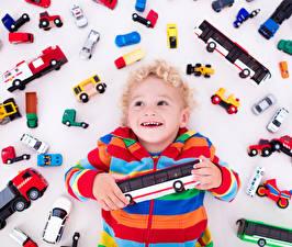 Фотографии Игрушки Много Белый фон Мальчики Счастливые Дети