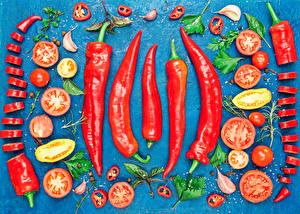 Фотография Овощи Помидоры Чеснок Острый перец чили Цветной фон Продукты питания