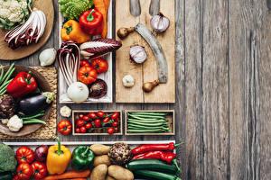 Картинки Овощи Томаты Перец Баклажан Лук репчатый Доски Разделочная доска Еда