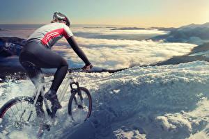 Картинки Велосипед Униформа Едущий Снег