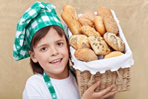 Картинка Хлеб Девочки Повар Корзина Смотрит Ребёнок