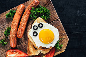 Картинка Хлеб Сосиска Овощи Разделочная доска Яичница Пища