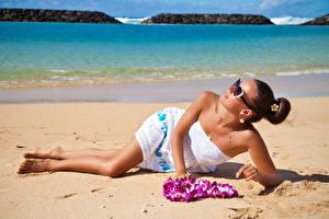 Обои Шатенка Пляж Платье Очки Девушки