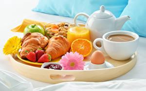 Картинка Кофе Сок Круассан Клубника Герберы Завтрак Чашка Стакан Яйца Продукты питания