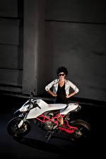 Картинка Дукати Сбоку Мотоциклист 2010 TWINS by IED Мотоциклы