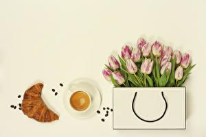 Картинки Сумка Тюльпаны Кофе Круассан Серый фон Чашка Зерна Цветы