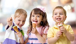 Картинки Мороженое Втроем Мальчики Девочки Счастливые Дети