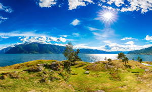 Картинка Исландия Река Побережье Небо Пейзаж Солнце Облако Трава Природа