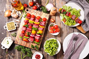 Картинка Мясные продукты Шашлык Овощи Томаты Лук репчатый Чеснок Разделочная доска Еда