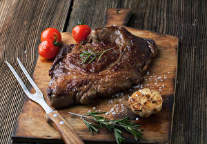 Картинка Мясные продукты Томаты Разделочная доска Соль Еда