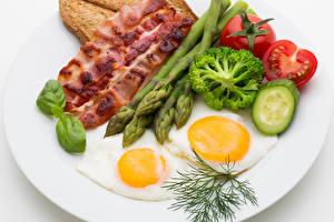 Картинки Мясные продукты Овощи Укроп Бекон Тарелка Яичница Еда