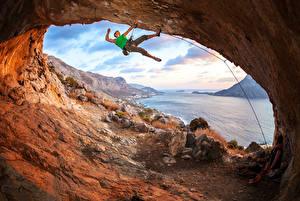 Фотография Мужчины Камень Реки Альпенизм Пещера Шатенка Альпенист Природа