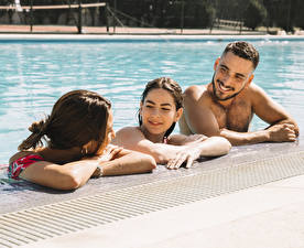 Картинки Мужчины Втроем Плавательный бассейн Шатенка Улыбка Девушки
