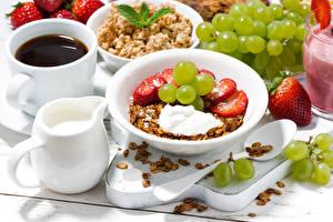 Картинки Мюсли Клубника Виноград Кофе Молоко Завтрак Тарелка Чашка Продукты питания