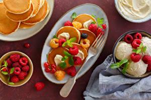 Картинки Блины Малина Мороженое Смородина Тарелка Шар Вилка столовая