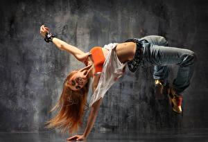 Фотографии Рыжая Танцует Джинсы Счастье Руки