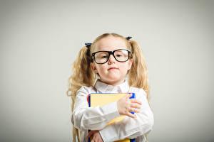 Картинки Школа Серый фон Девочки Очки Смотрит Руки Дети