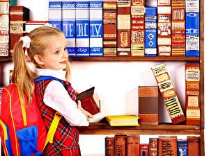 Фото Школа Девочки Книга Смотрит Ребёнок