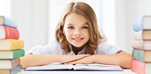 Обои Школьные Девочки Смотрит Книга Ребёнок