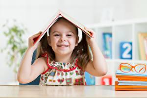 Фотографии Школьные Девочки Улыбка Книга Руки Ребёнок