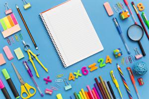 Фото Школьные Канцелярские товары Цветной фон Карандашей Лупа Тетрадь Шариковая ручка