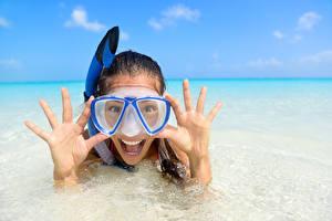 Фото Море Пальцы Счастье Брюнетка Очки Девушки
