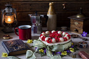 Обои Натюрморт Торты Керосиновая лампа Первоцвет Книга Очки Кружка Пища