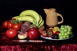 Обои Натюрморт Томаты Виноград Бананы Яблоки Персики Клубника Нож Кувшин Еда
