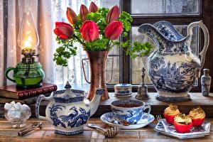 Картинка Натюрморт Тюльпаны Керосиновая лампа Чай Чайник Пирожное Ваза Кувшин Чашка Сахар Пища Цветы