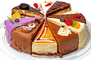Фото Сладости Пирожное Ягоды Торты Белый фон Кусочек Продукты питания