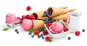 Фото Сладкая еда Мороженое Малина Черника Белый фон Шарики Еда