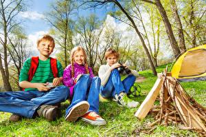 Фотографии Три Мальчик Девочка Сидит Взгляд Костёр ребёнок
