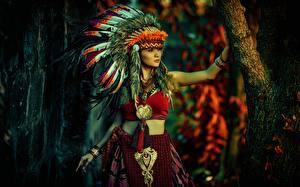 Фотографии Индейский головной убор Индейцы Девушки