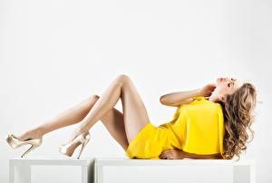 Фотографии Белый фон Шатенки Платья Ног Туфли Красивая Девушки