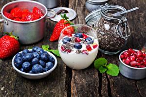 Обои Йогурт Клубника Черника Гранат Доски Зерна Продукты питания