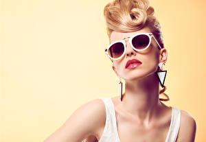 Картинка Блондинка Очки Серьги Смотрит Цветной фон Девушки