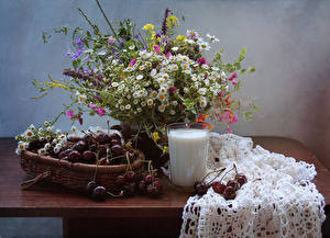Картинка Букеты Ромашки Молоко Вишня Натюрморт Стакан Стол Еда Цветы